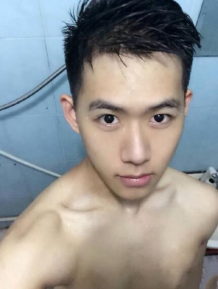 帅哥洗澡时候的自拍照片