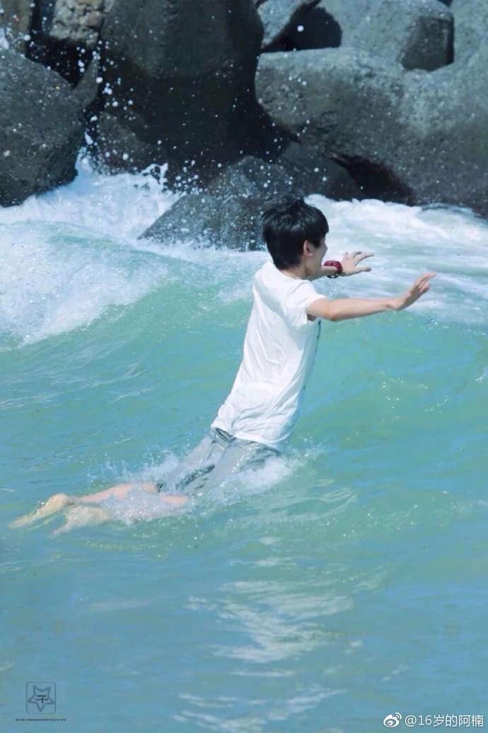 王源玩水湿身的图片
