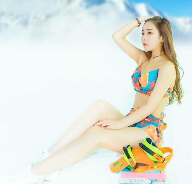 美女穿比基尼滑雪的图片