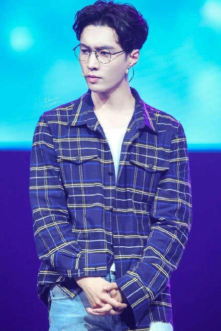 张艺兴戴眼镜的帅气图片