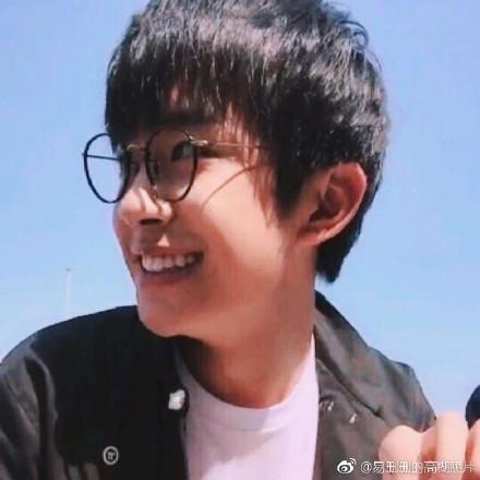 TFBOYS易烊千玺戴眼镜的帅气图片