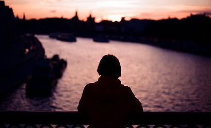 黑夜城市女生背影图片