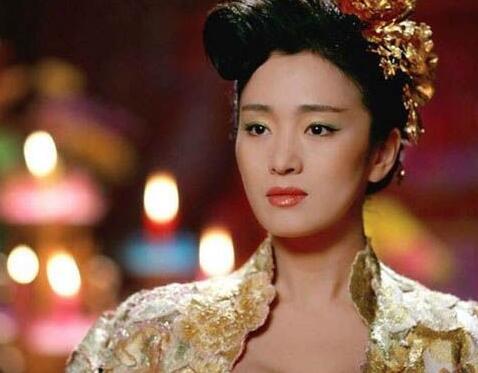 巩俐日前正在上海拍摄娄烨导演新电影,拍摄结束后被目击到和一位头发图片