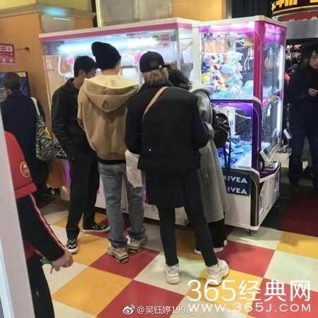 李易峰日本娃娃机抓娃娃被网友偶遇